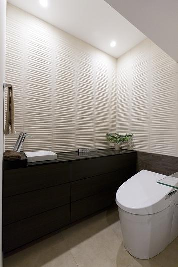 重厚感漂うラグジュアリー空間 (リノベーション)の部屋 高級感あるトイレ