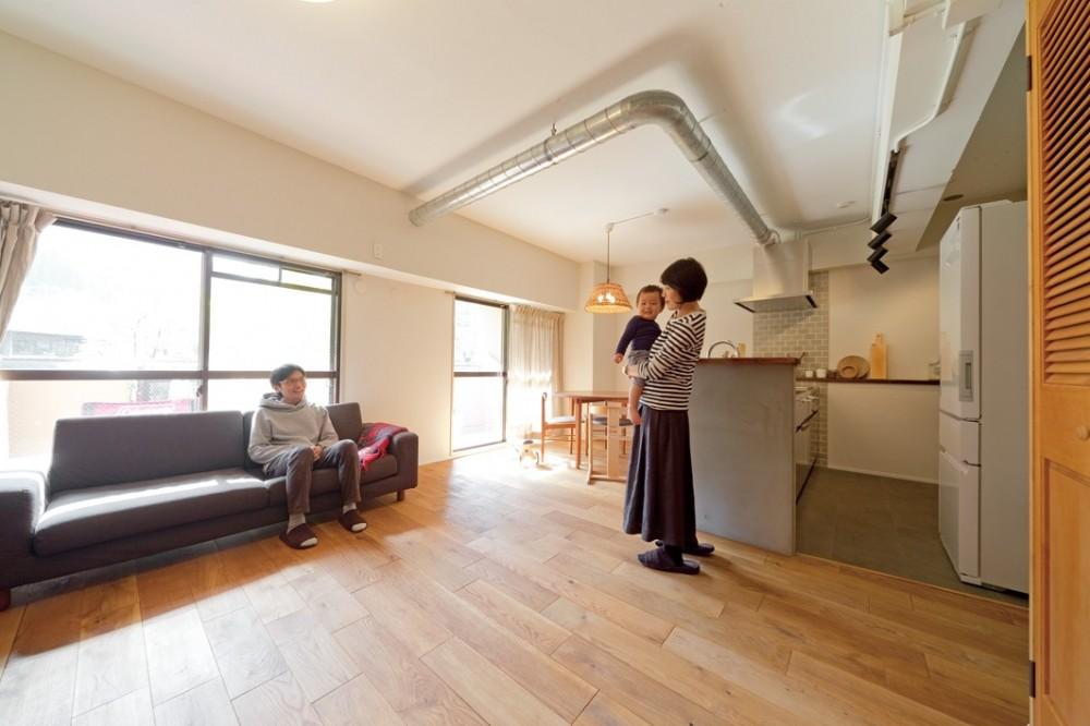 むき出しの配管がアクセント (京都府Kさん邸:建具まで自然素材の空間で、子どももネコものびのびと。)