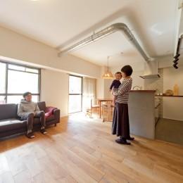 京都府Kさん邸:建具まで自然素材の空間で、子どももネコものびのびと。 (むき出しの配管がアクセント)