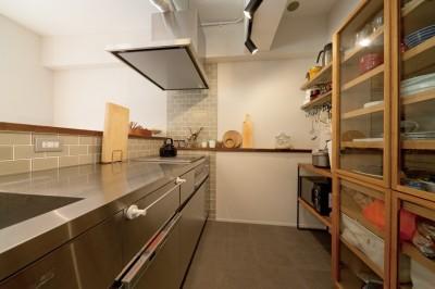 京都府Kさん邸:建具まで自然素材の空間で、子どももネコものびのびと。 (キッチン)