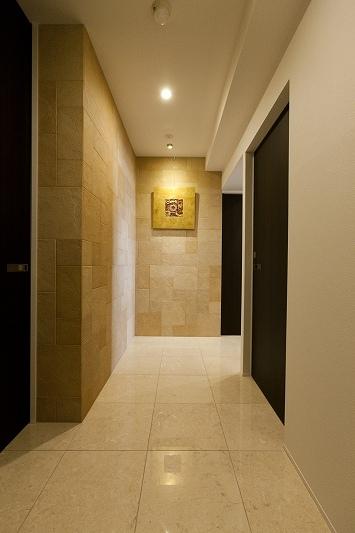 重厚感漂うラグジュアリー空間 (リノベーション)の部屋 玄関