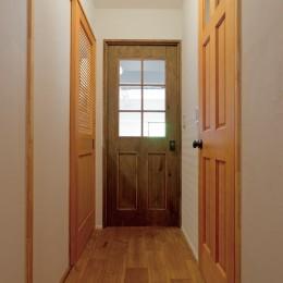 京都府Kさん邸:建具まで自然素材の空間で、子どももネコものびのびと。 (木の建具)
