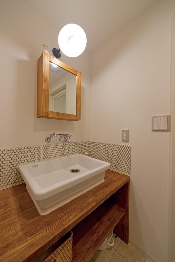 京都府Kさん邸:建具まで自然素材の空間で、子どももネコものびのびと。 (造作洗面台)