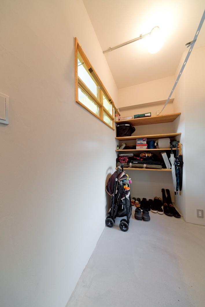 京都府Kさん邸:建具まで自然素材の空間で、子どももネコものびのびと。 (土間スペース)