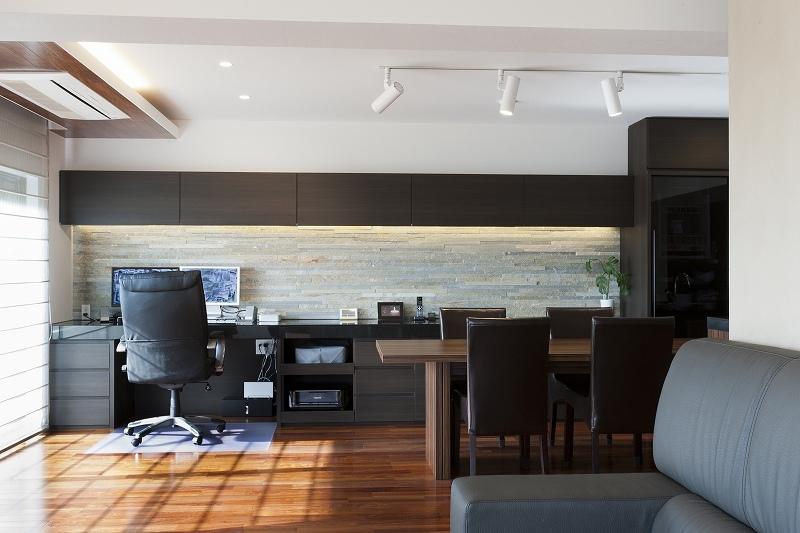 重厚感漂うラグジュアリー空間 (リノベーション)の部屋 リビングにある書斎