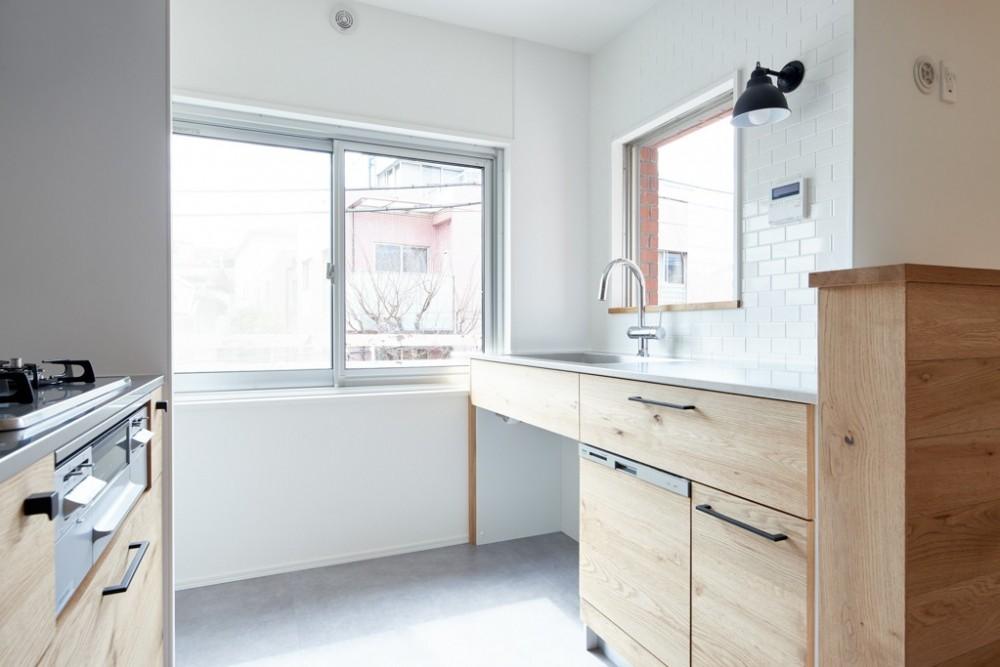 デザイン性と機能性を兼ね備えたリノベーション (キッチン)