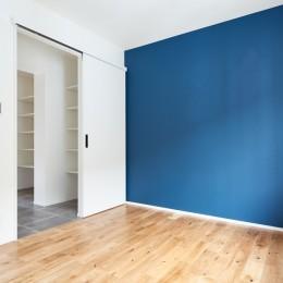 デザイン性と機能性を兼ね備えたリノベーション (ベッドルーム1)
