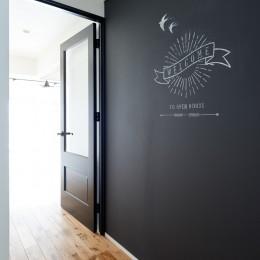 デザイン性と機能性を兼ね備えたリノベーション (玄関)