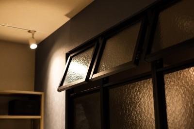 室内窓 (反射まで計算した「光」が主役)