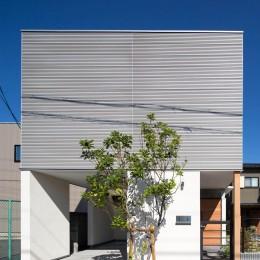 鶴見の家/線路沿いの細長い敷地に建つ木造3階建ての2世帯住宅 (外観/無機質な素材を組み合わせています)