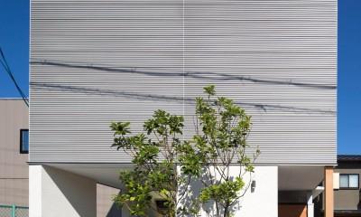鶴見の家/線路沿いの細長い敷地に建つ木造3階建ての2世帯住宅