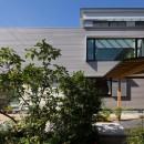 鶴見の家/線路沿いの細長い敷地に建つ木造3階建ての2世帯住宅の写真 外観/
