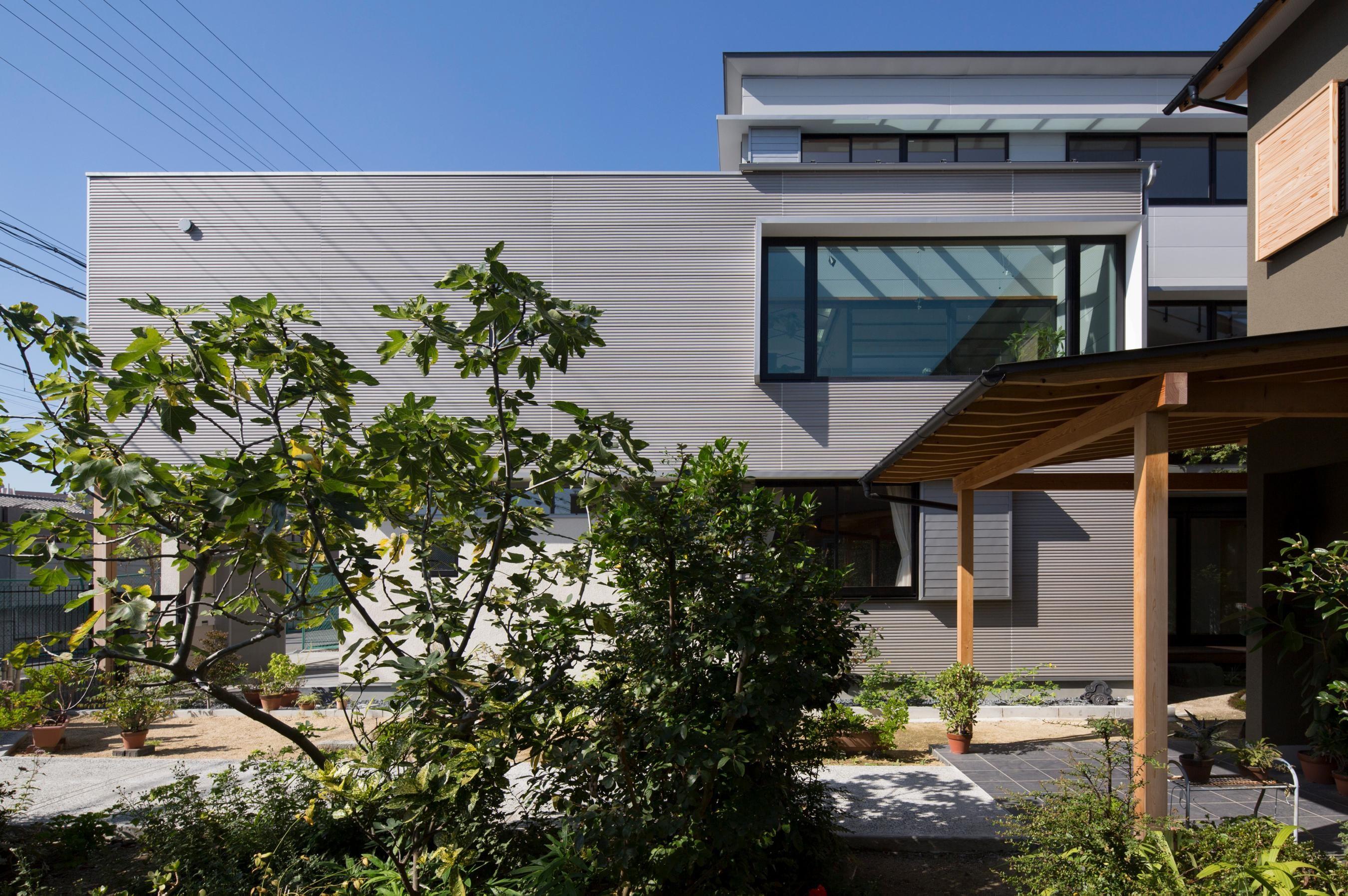 外観事例:外観/(鶴見の家/線路沿いの細長い敷地に建つ木造3階建ての2世帯住宅)