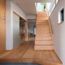 鶴見の家/線路沿いの細長い敷地に建つ木造3階建ての2世帯住宅の写真 玄関/2世帯共用の玄関・ホール