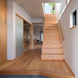 鶴見の家/線路沿いの細長い敷地に建つ木造3階建ての2世帯住宅 (玄関/2世帯共用の玄関・ホール)