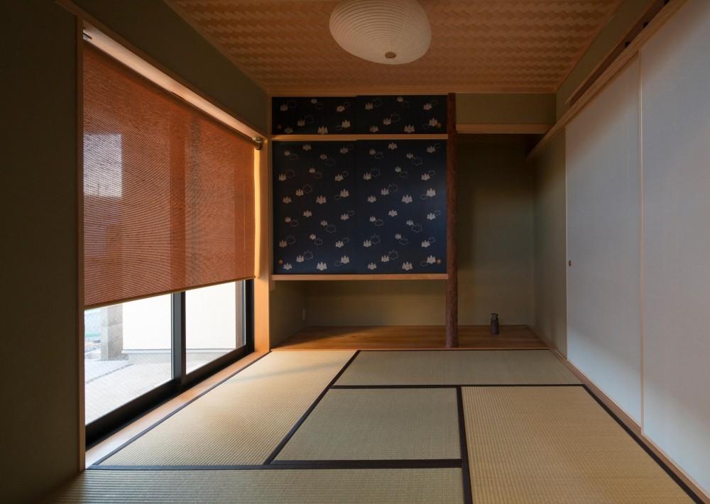 鶴見の家/線路沿いの細長い敷地に建つ木造3階建ての2世帯住宅 (和室/1階の和室)
