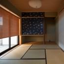 鶴見の家/線路沿いの細長い敷地に建つ木造3階建ての2世帯住宅の写真 和室/1階の和室