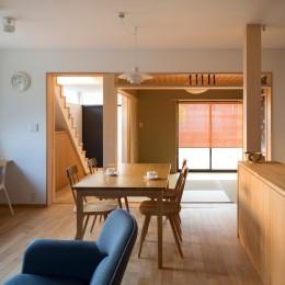 鶴見の家/線路沿いの細長い敷地に建つ木造3階建ての2世帯住宅 (1階LDK/奥に和室、その左に階段・ホール。)