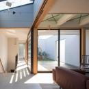 鶴見の家/線路沿いの細長い敷地に建つ木造3階建ての2世帯住宅の写真 アトリウム・リビング/2階リビングの奥にテラス。