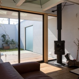 鶴見の家/線路沿いの細長い敷地に建つ木造3階建ての2世帯住宅 (2階リビング/テラスと一体になったリビング)