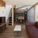 鶴見の家/線路沿いの細長い敷地に建つ木造3階建ての2世帯住宅の写真 2階LDK/手前から順にリビング・ダイニング・キッチン。ダイニングの上は吹き抜けています。