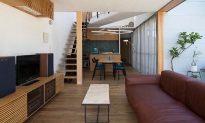 鶴見の家/線路沿いの細長い敷地に建つ木造3階建ての2世帯住宅 (2階LDK/手前から順にリビング・ダイニング・キッチン。ダイニングの上は吹き抜けています。)