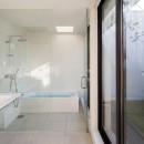 鶴見の家/線路沿いの細長い敷地に建つ木造3階建ての2世帯住宅の写真 洗面所、浴室/プライバシーが守られたテラスに面する開放的な水回り。