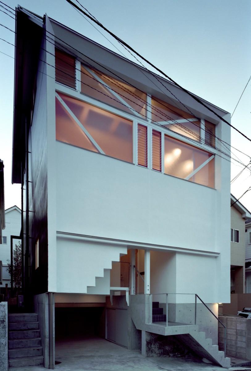 【葉山の家 <101>】基礎の土で築山をつくり、立体的な庭園を生む (外観)