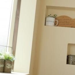 滋賀県Nさん邸:雑貨が似合う家に「わくわく」気分 (ニッチを設けた壁)