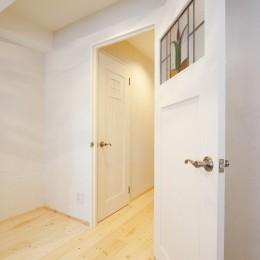 大阪府Kさん邸:カフェのようなおしゃれな、私テイストの部屋に (ステンドグラスをはめ込んだ建具)