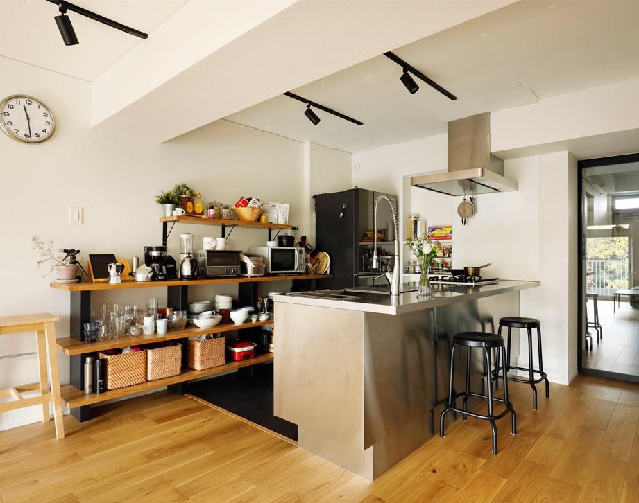 こだわったステンレスのキッチン (ガラスを使い広々とした空間を演出。コストとこだわりのバランスが絶妙な家作り。)