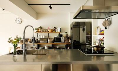 ガラスを使い広々とした空間を演出。コストとこだわりのバランスが絶妙な家作り。 (会話も楽しめるカウンター付きキッチン)