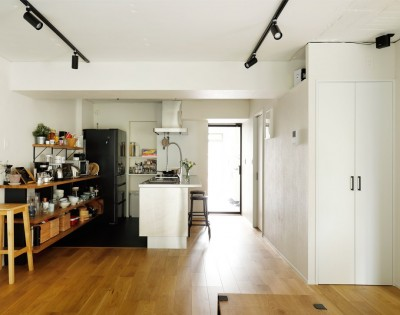 天井をできるだけ高く (ガラスを使い広々とした空間を演出。コストとこだわりのバランスが絶妙な家作り。)