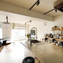テレビも楽しめる位置に (ガラスを使い広々とした空間を演出。コストとこだわりのバランスが絶妙な家作り。)