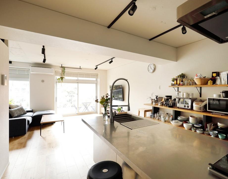 ガラスを使い広々とした空間を演出。コストとこだわりのバランスが絶妙な家作り。 (テレビも楽しめる位置に)