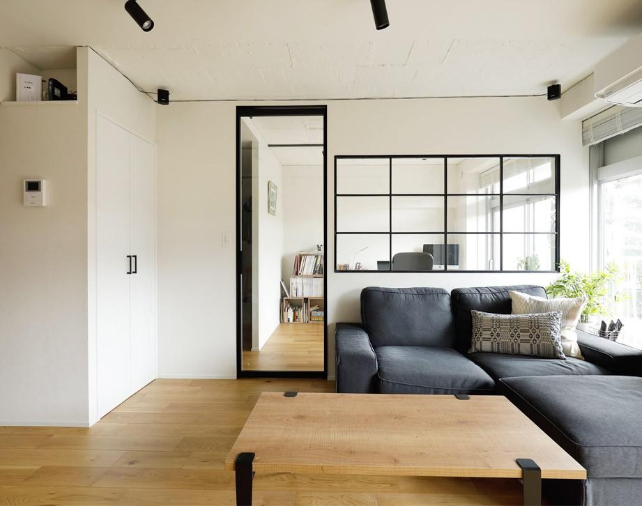 ガラスを使い広々とした空間を演出。コストとこだわりのバランスが絶妙な家作り。 (リビングにつながるワークスペース)