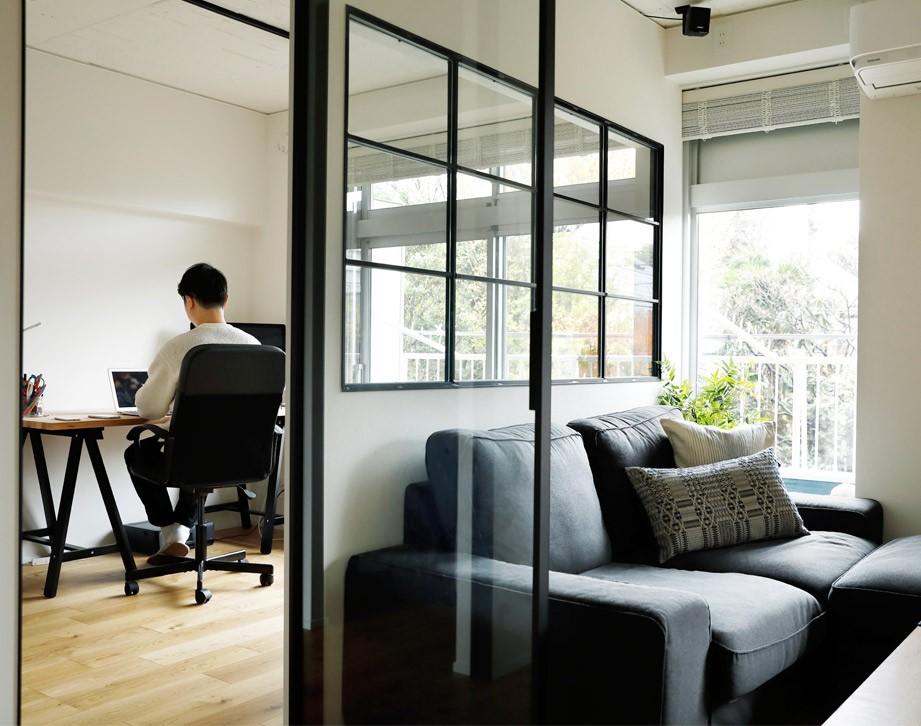 ガラスを使い広々とした空間を演出。コストとこだわりのバランスが絶妙な家作り。 (全面ガラスの扉と室内窓)