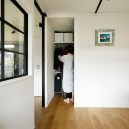 ガラスを使い広々とした空間を演出。コストとこだわりのバランスが絶妙な家作り。 (ウォークインクローゼット)