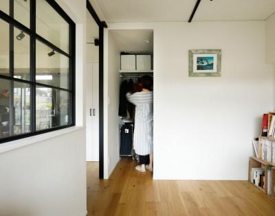 ウォークインクローゼット (ガラスを使い広々とした空間を演出。コストとこだわりのバランスが絶妙な家作り。)