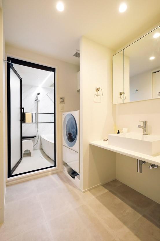 ガラスを使い広々とした空間を演出。コストとこだわりのバランスが絶妙な家作り。 (清潔感のある白でまとめた水回り)