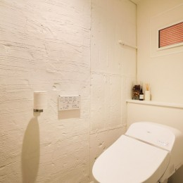 ガラスを使い広々とした空間を演出。コストとこだわりのバランスが絶妙な家作り。 (以前のリフォーム跡を生かしたトイレの壁)