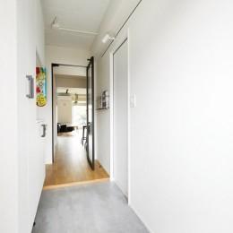 ガラスを使い広々とした空間を演出。コストとこだわりのバランスが絶妙な家作り。 (広くした玄関スペース)