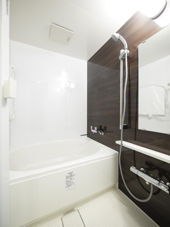 ペニンシュラ型キッチンの1LDKに (バスルーム)