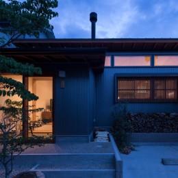 外観の夕景/LDKの高窓と格子からも暖かい光が漏れています。 (伊勢田の家/夫婦2人のためのコンパクトな平屋の住まい)