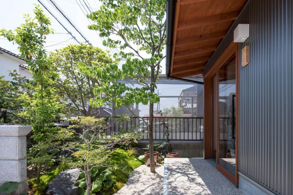 伊勢田の家/夫婦2人のためのコンパクトな平屋の住まい (玄関ポーチ/玄関のガラス戸の前に設えられた小さな前庭が訪れる人を出迎えます)
