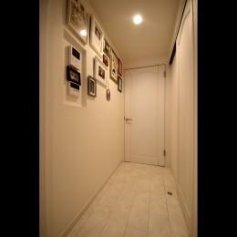 北欧テイストのホワイトベースのナチュラル×シンプル (廊下)