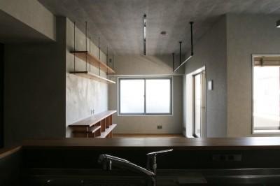 キッチン (タイル×モールテックス×木。テクスチャーで遊ぶ住まい)