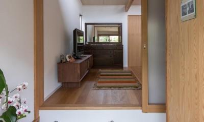 伊勢田の家/夫婦2人のためのコンパクトな平屋の住まい (玄関/右側は衝立で仕切られたシューズクロークになっています)