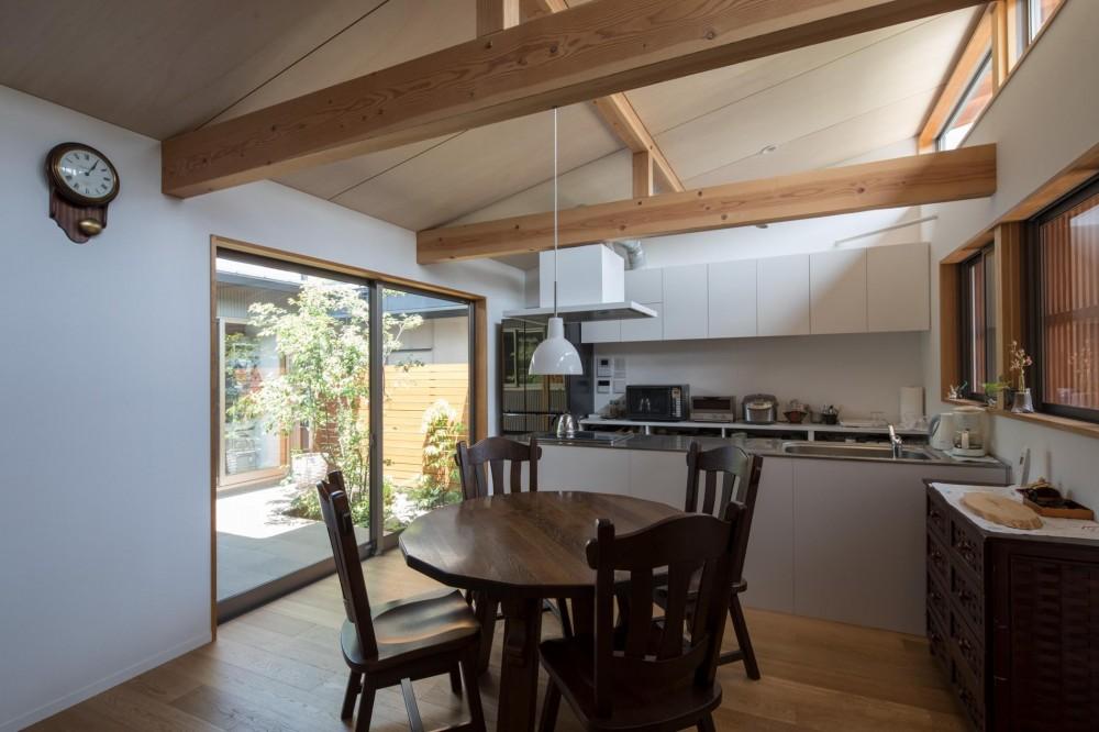 伊勢田の家/夫婦2人のためのコンパクトな平屋の住まい (ダイニング・キッチン/中庭と繋がったダイニング・キッチン。道路側は高窓にして、プライバシーを守りながら採光と通風を確保しています。)