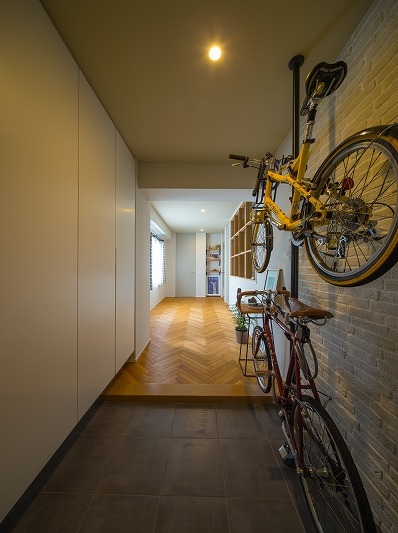 広々としたナチュラル&ヴィンテージな家(リノベーション)の部屋 自転車収納可能な玄関
